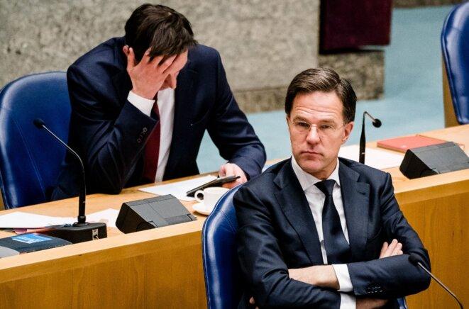 Le ministre des finances néerlandais Wopke Hoekstra, la main dans les cheveux, et Mark Rutte, chef du gouvernement, le 18 mars 2020 à la Chambre, à La Haye © AFP