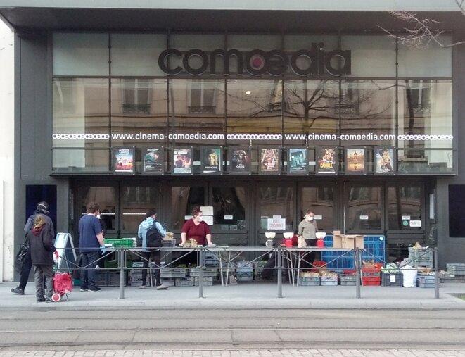 Primeurs vendus dans la rue devant le cinéma Comoedia © Olivier Rouzet