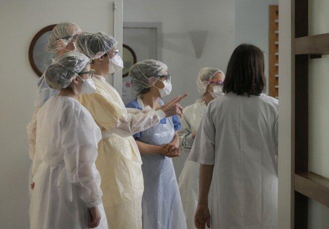 Du personnel médical de l'unité de soins intensifs à Tours, le 31 mars. © Guillaume SOUVANT / AFP