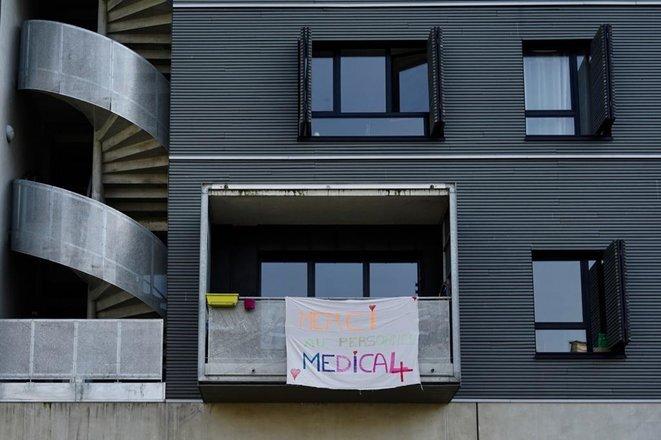 Un balcón para apoyar al personal de enfermería, marzo de 2020, en el distrito XIX de París. © Rachida el Azzouzi
