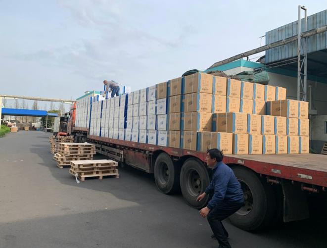 Chargement d'une cargaison de masques dans une usine de la province du Jiangsu, en Chine. © Mediapart