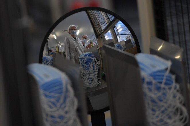 Salariés de l'usine de masques Kolmi-Hopen de Saint-Barthélemy-d'Anjou, près d'Angers, l'un des quatre sites de production français. © Loïc Venance/AFP
