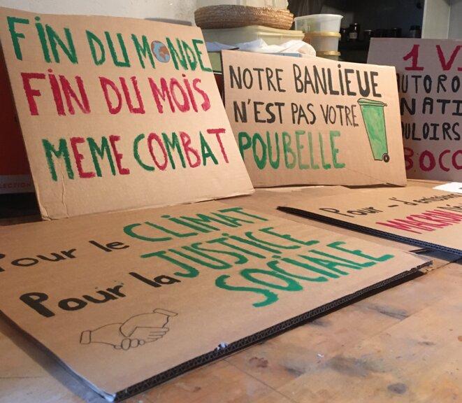 Les pancartes qui devaient être brandies devant la mairie de Saint-Denis et lors de la marche à Paris