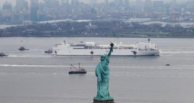 Le navire-hôpital militaire, le USNS Comfort arrive à New York © Mike Segar, Reuters