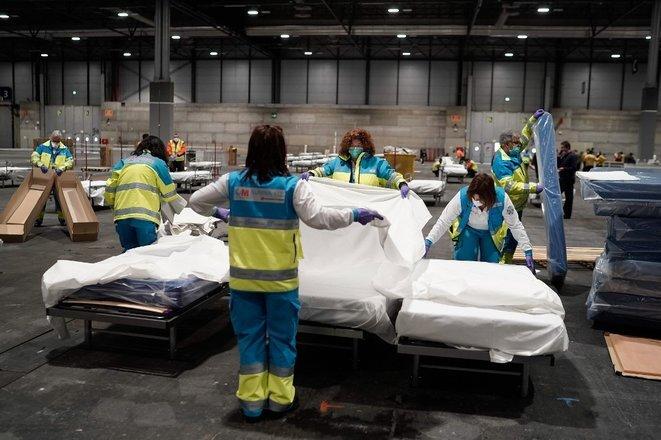 En Madrid, los trabajadores sanitarios instalan un hospital de campaña en una sala de conferencias de la capital el 22 de marzo de 2020. © Comunidad de Madrid