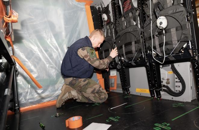 Évacuation sanitaire vers l'Allemagne à bord d'un NH90 des armées françaises, samedi 28 mars, dans le cadre de l'opération Résilience. © Tânhao STADEL/Ministère des armées
