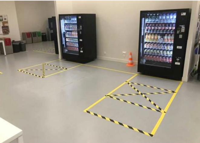 Amazon a communiqué sur les règles de distanciations devant les distributeurs de boisson © Amazon
