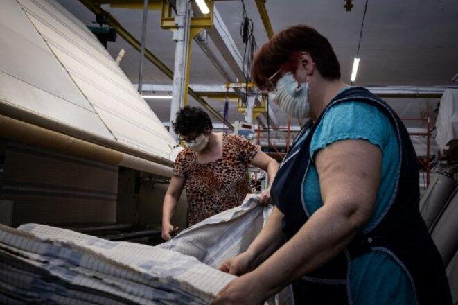 Dans la Loire, des salariées fabriquent des masques de protection. © Jean-Philippe Ksiazek / AFP
