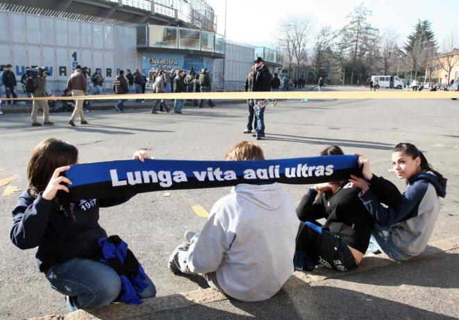 Lors d'un match à huis clos entre l'Atalanta et la Lazio en 2007. Sur l'écharpe on peut lire : « Longue vie aux ultras » | © Iconsport