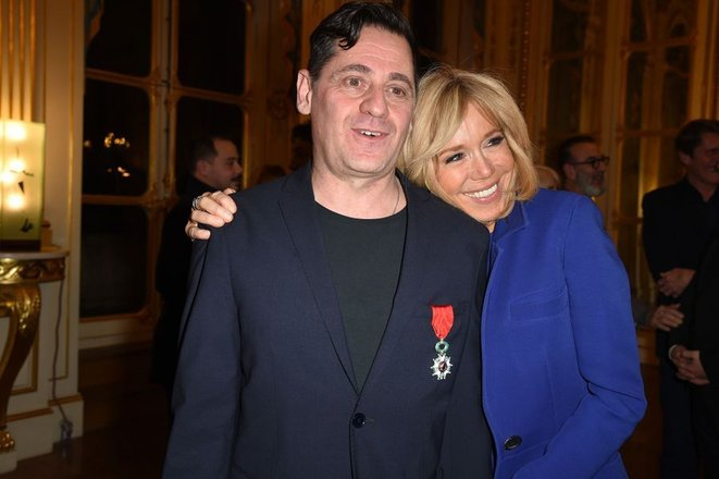 Olivier Py et Brigitte Macron, lors de la remise au directeur du festival d'Avignon des insignes de chevalier de la légion d'honneur, février 2019