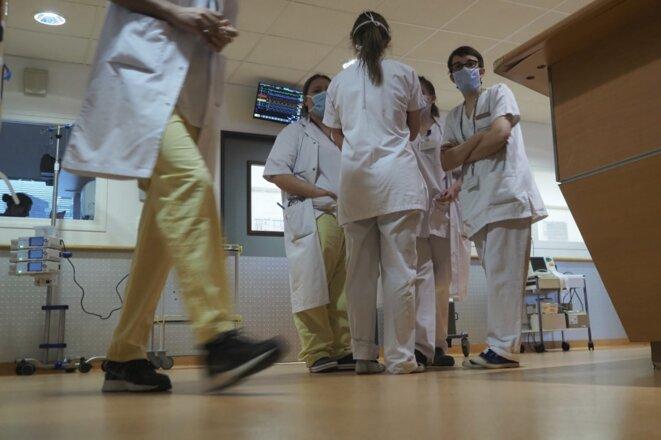Des soignants mobilisés auprès des patients Covid-19 à Tours, le 31 mars. © Guillaume SOUVANT / AFP