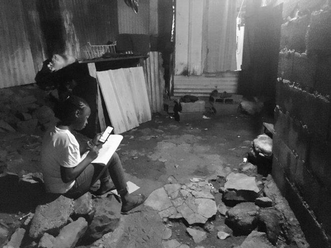 Devoir après l'école, Mamoudzou, quartier Boboka, 2020 © daniel gros