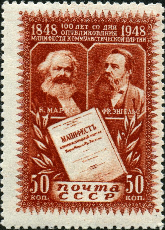 Timbre soviétique célébrant le centième anniversaire du Manifeste communiste en 1948. Source: Wikimedia Commons.