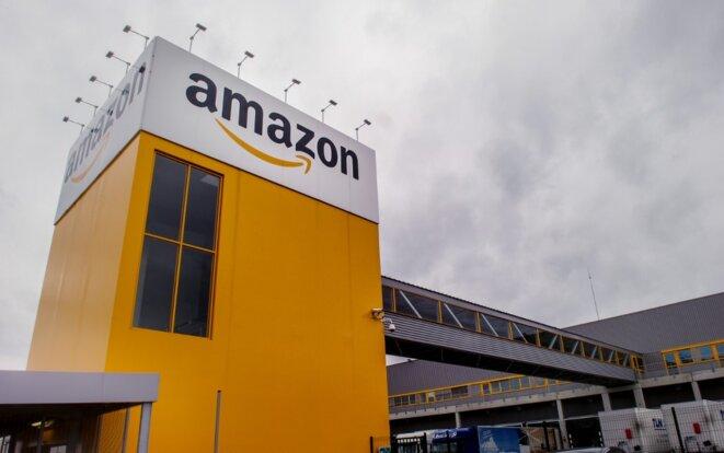 L'entrepôt d'Amazon à Lauwin-Planque, avec sa tour jaune distinctive. © Philippe Huguen / AFP