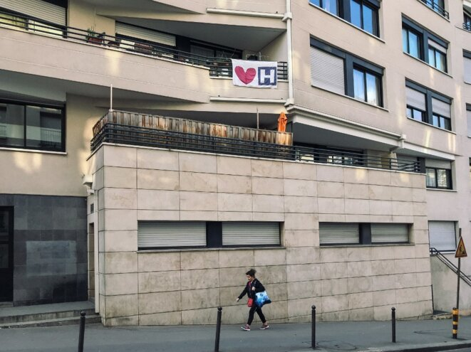 Une affiche « J'aime l'hôpital » dans les rues de Paris, le 27 mars. © Philippe LABROSSE / Hans Lucas via AFP