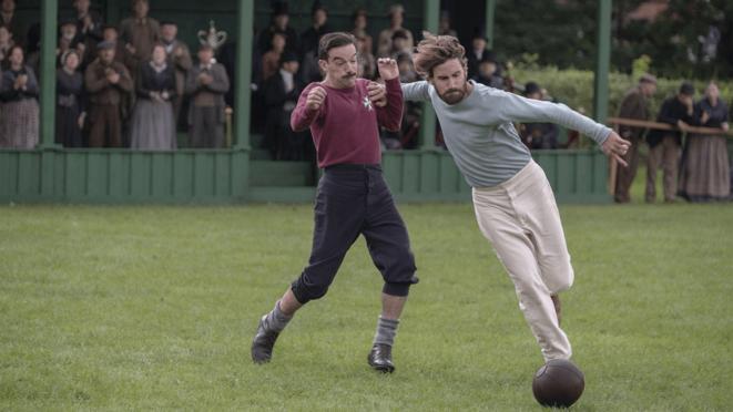 Kevin Guthrie (à gauche) et Edward Holcroft, incarnant Fergus Suter et Arthur Kinnaird dans la série The English Game | © Netflix