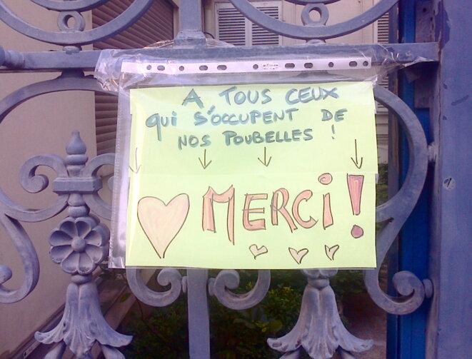 Paris : message d'habitant.e.s du 18e arrondissement sur leur porte © Jeanne Guien