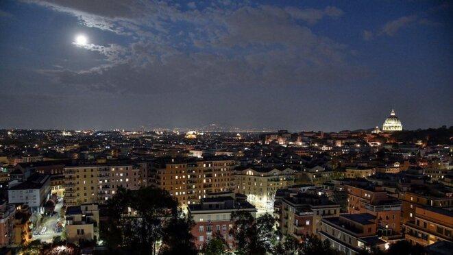 Le ciel de Rome, la Ville Éternelle, le 8 avril 2020, la super lune de l'équinoxe  du printemps voilée de larmes sur l'Italie en deuil