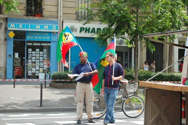 En mai 2009, distribution de tracts à Paris pour la libération de Gérard Jodar, président de l'USTKE, et de ses camarades. © Bernard A.