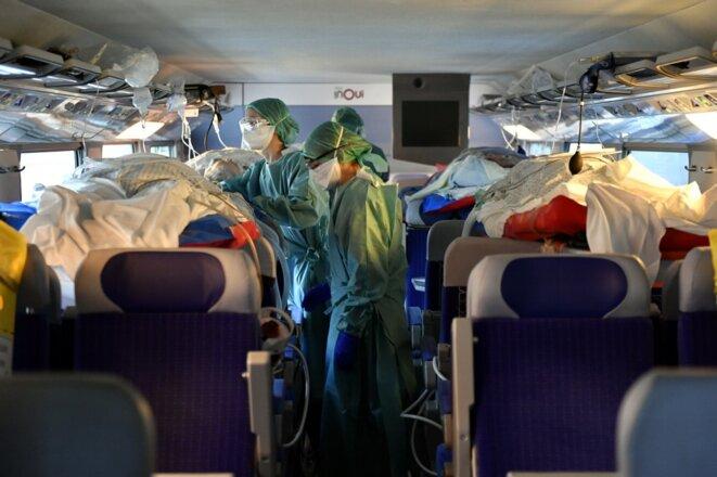 Des patients sont transférés en TGV sanitaire depuis Nancy et Metz vers le Sud-Ouest, le 29 mars. © Alexandre MARCHI / AFP