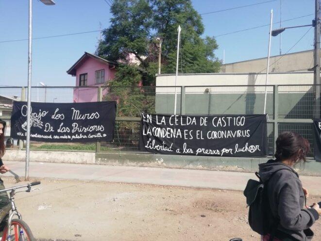 A bas les murs des prisons ! Que la solidarité na soit pas que des mots écrits. © inconnu