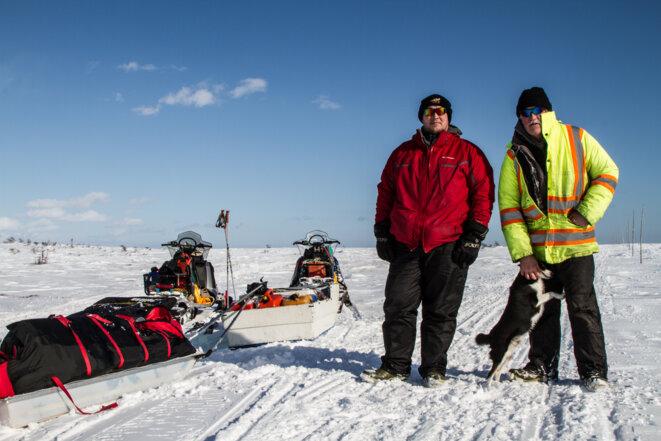 Au pied d'une montée particulièrement raide et déneigée, un père et son fils de retour de la pêche m'ont offert de monter à leur bord.