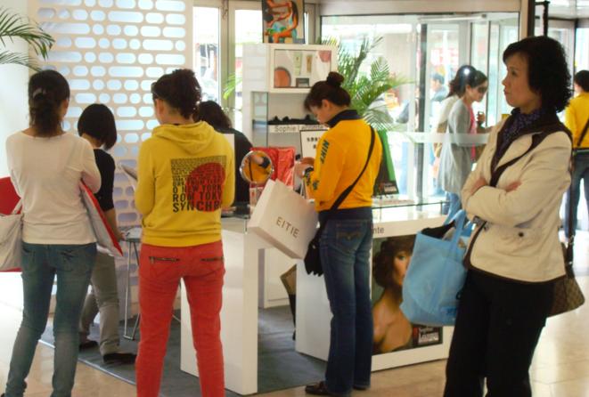 Consommateurs chinois achetant des produits d'une marque française au Centre Commercial Parkson, Qingdao, China © Armand Mazloumian