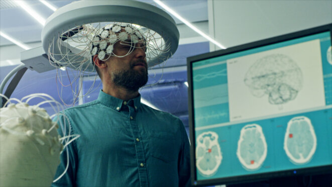 """Le hacking-cérébral à la DGSE ferait appel à des sujets doués, que l'on estime à 1% de la population, dont les séances seront de plus en plus monitorées, comme le montre cet exemple. S'y serait ajoutée l'électro-stimulation des aires cérébrales spécialisées, en état de conscience modifié,  la prise de certaines drogues amplifiant celui-ci. Des """"cachetons"""" (de morphine) soulageant les douleurs liées à cette pratique. © Anonyme"""