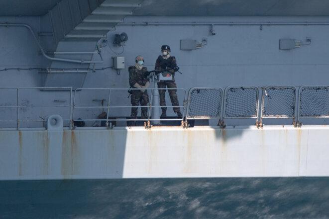 Deux militaires français sur le «Charles-de-Gaulle», le 12 avril, à Toulon. © Christophe SIMON/AFP