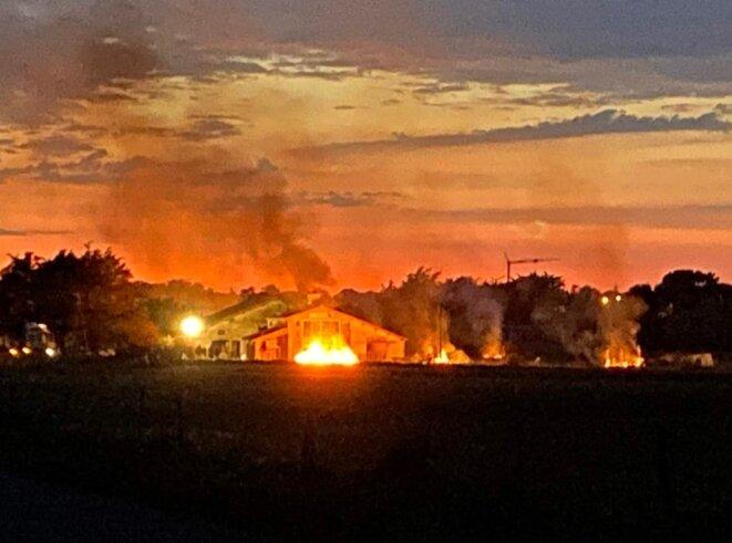 Les feux de plusieurs mètres de haut sont visibles au loin. © Zad de la Dune