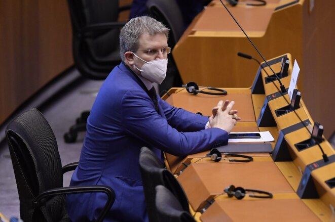 Un eurodéputé en séance à Bruxelles, jeudi 16 avril 2020 © AFP