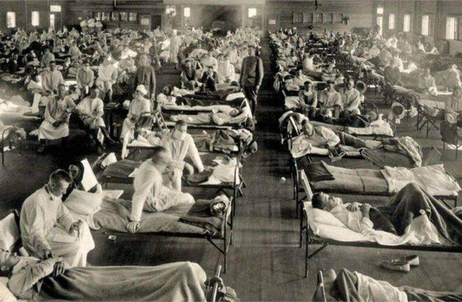 Kansas, 1918, entrepôt militaire reconverti en hôpital contre la grippe espagnole. © NYPL/Science Source