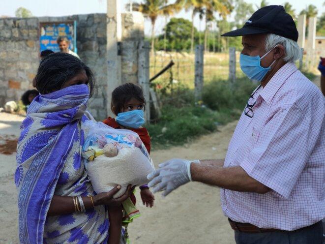 Une femme et son enfant reçoivent une ration de riz. © CB