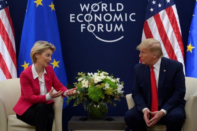 Ursula von der Leyen, présidente de la Commission, et Donald Trump au sommet de Davos le 20 janvier 2020. © AFP.