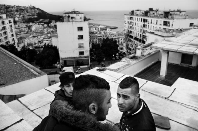 9 février 2016, Bab El Oued, Alger. Moh se partage entre hip-hop et foot. Ils vont peu au stade, mais sont supporters du Mouloudia (MCA). Dans les quartiers, tous les jeunes se définissent, entre autres, par leur allégeance à un club. © Romain Laurendeau