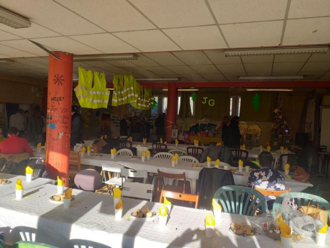 Organisation d'un repas de fête fin 2019 dans le local Giono. © Gilets Jaunes du Pays d'Aix - La Barque