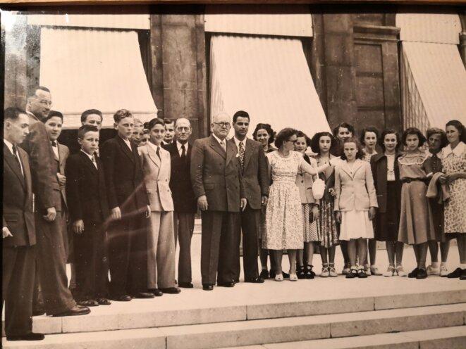 En photo, le Président de la République Vincent AURIOL (1947-1954), entouré de quelques récipiendaires haut-rhinois du certificat d'études primaires dont ma maman (5ème jeune fille en partant de la droite). © Photo de famille