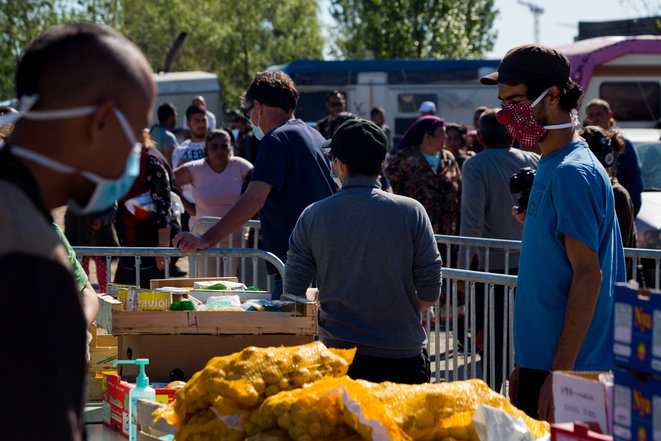 Volunteers hand out food at Bordeaux in south-west France on April 10th 2020. © Hans Lucas via AFP