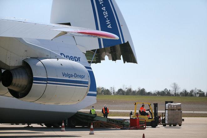Recepción de la primera entrega de mascarillas encargadas por el Estado, el lunes 30 de marzo de 2020, en el aeropuerto de Vatry, en el departamento de Marne. © François Nascimbeni/AFPAntonov