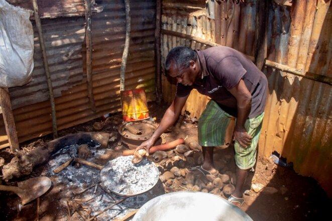 Un Mahorais cuisine, le 1er avril 2020. © Faid Souhaili / AFP