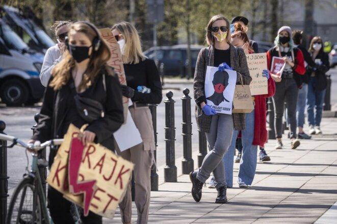 Manifestation contre le projet de restreindre le droit à l'avortement, le 16 avril 2020 à Varsovie. © AFP