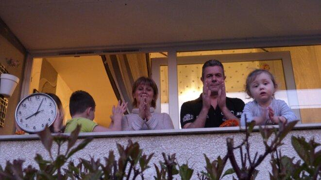 Tous les soirs, de nombreux Français applaudissent le personnel soignant depuis leurs fenêtres ou leurs balcons. © ©La Voix Le Bocage