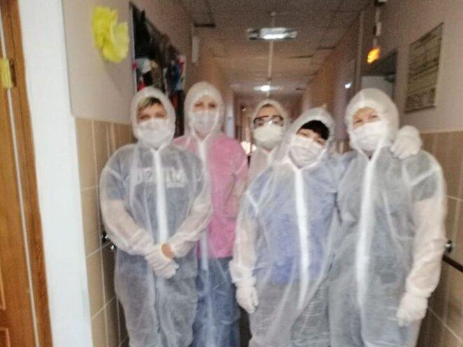 Cinq volontaires de Starost v radost en renfort dans une maison de retraite touchée par le Covid-19 © I-ru