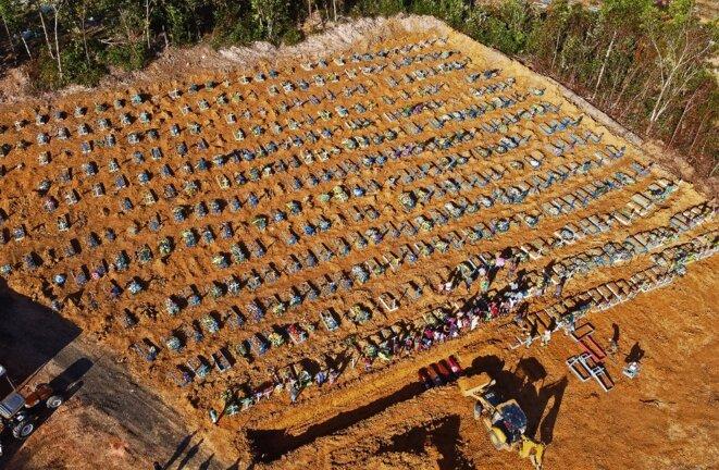 Un cimetière aménagé de victimes du Covid-19, dans les environs de Manaus au Brésil, le 21 avril 2020. © AFP