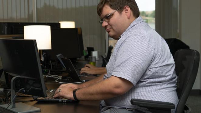 Will Collett, informaticien chez Auticon, a bien réussi sa transition vers le travail à distance pendant la pandémie de coronavirus. Les personnes autistes préfèrent souvent communiquer par un texte ou un courriel précis plutôt que par des conversations verbales ou en face à face. © Auticon