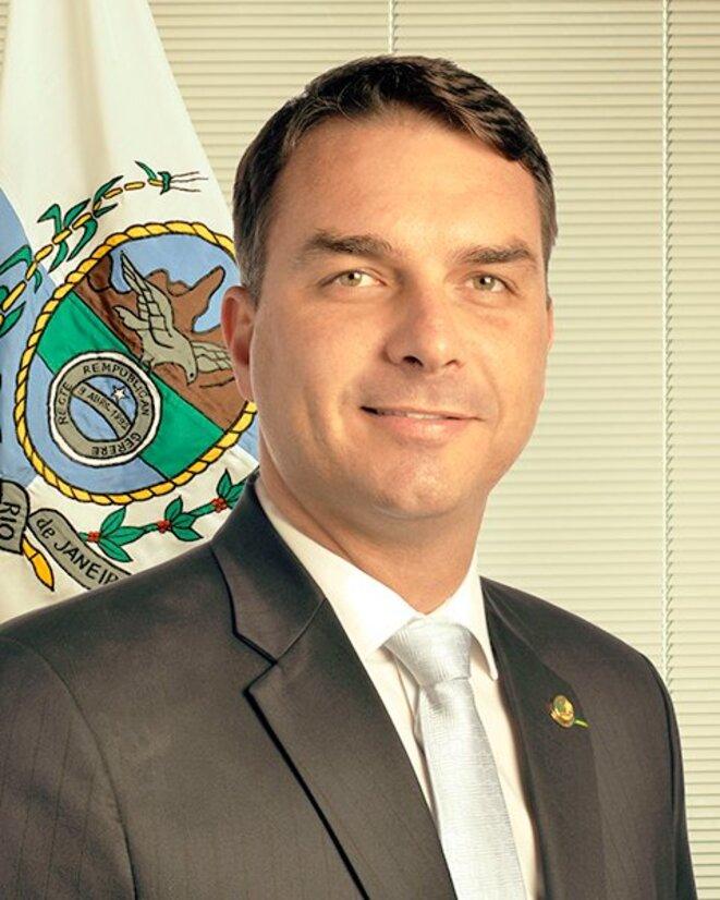 Flávio Bolsonaro © https://upload.wikimedia.org/wikipedia/commons/thumb/4/48/Foto_oficial_de_Fl%C3%A1vio_Bolsonaro_%28v._AgSen%29.jpg/200px-Foto_oficial_de_Fl%C3%A1vio_B