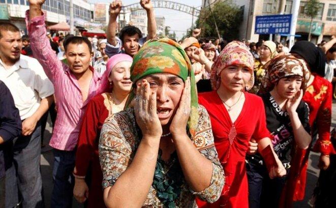 Des Ouïghours manifestant contre la politique chinoise
