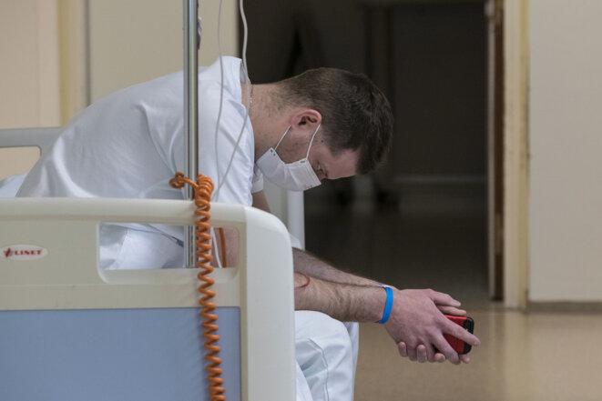 Un médecin aux urgences de Colmar, le 26 mars 2020. © Sébastien BOZON / AFP