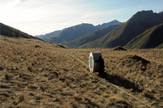 En 2011-2012, Abraham Poincheval traverse les Alpes jusqu'en Italie en poussant tel un Sisyphe moderne une sculpture habitable circulaire qui lui sert à la fois de lieu de vie, de véhicule et de caméra. L'œuvre-perfromance s'intitule « Girovague le Voyage invisible », elle est réalisée à l'invitation du Musée Gassendi et du centre d'art le Cairn à Digne-les-Bains. (Photo AP) © Abraham Poincheval