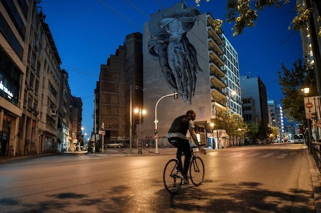 24 de abril de 2020, en las calles desiertas de Atenas en tiempos de pandemia. © Louisa Gouliamaki/AFP